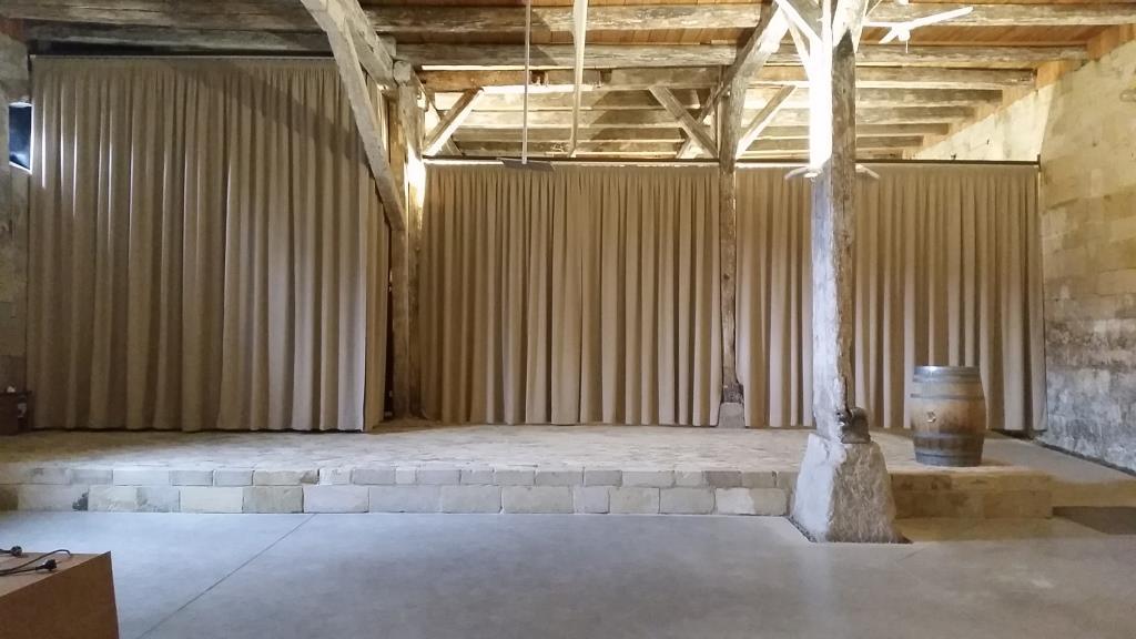Montage eines Bühnenvorhanges als Raumteiler in der Kultur- und Festscheune Langenstein